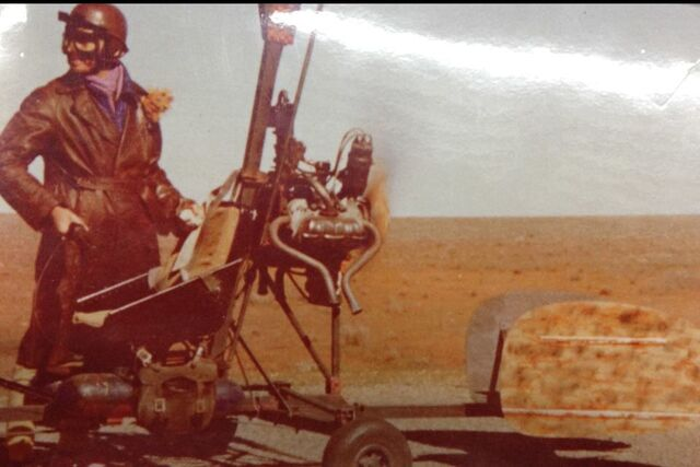 File:Gerry Goodwin on set if Mad Max 2.jpg