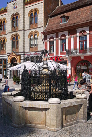Fișier:Braszów, rynek, fontanna.jpg