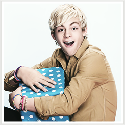 File:Ross Lynch Present.png