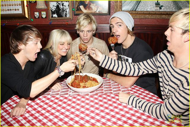 File:R5 with giant meatballs (3.jpg