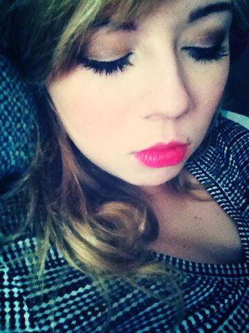 File:Sleepy Jennette Dec 14, 2012.jpg