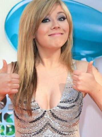 File:Jennette gives thumbs up at 2012 KCAs.jpg