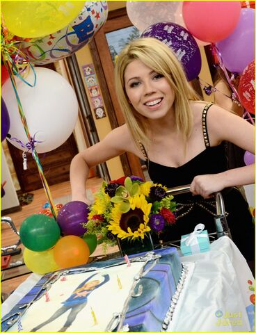 File:Jennette McCurdy with her birthday cake.jpg