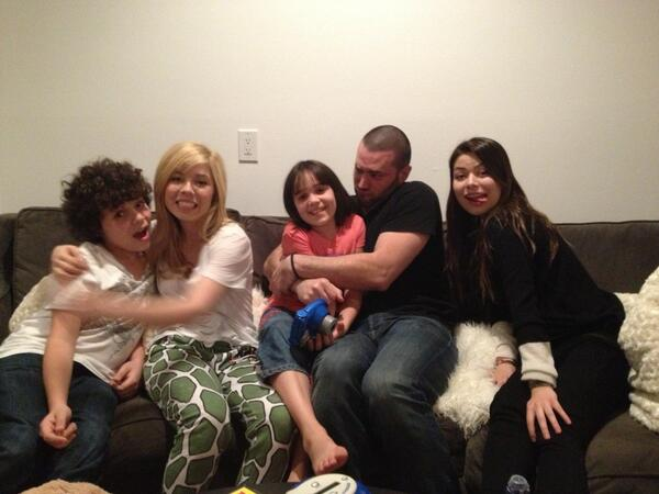 File:Cameron and Jennette at a sleepover with friends.jpg