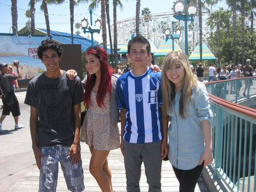 File:Ariana and Jennette with some boys.jpg
