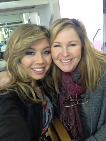 File:Jennette with hairstylist Cyndra.jpg