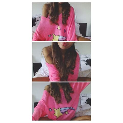 File:Ariana in a pink sweater May 21, 2013.jpg