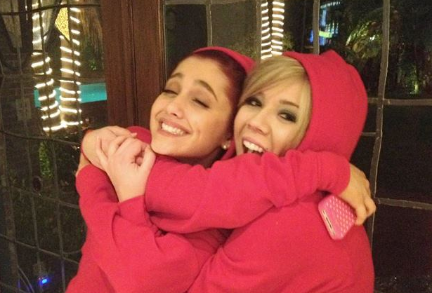 File:Ariana and Jennette hugging.png