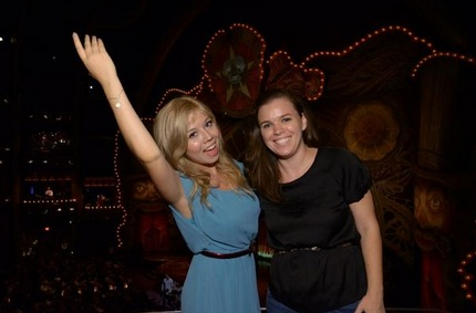 File:Jennette and a friend posing.jpg