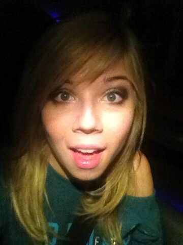 File:Jennette excited for night with Ariana.jpg
