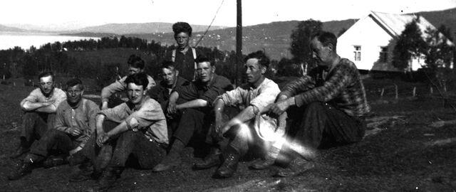 File:Finnfjord Men having a break.jpg