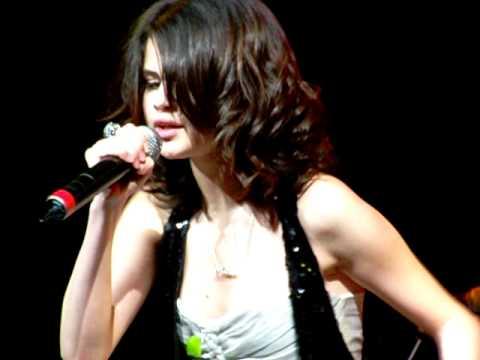 File:Selena performing Bidi Bidi Bom Bom.jpg