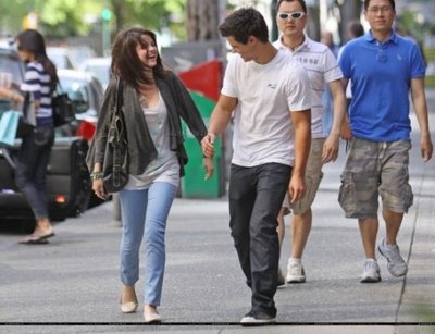 File:Selena-gomez-taylor-lautner-pda-session-photos-5.jpg