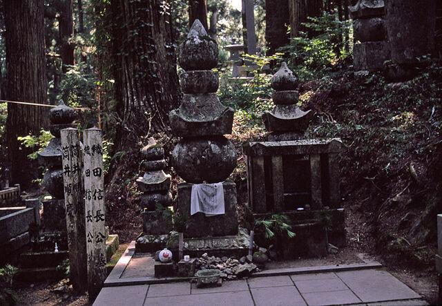 File:Nobunaga Oda's grave.jpg
