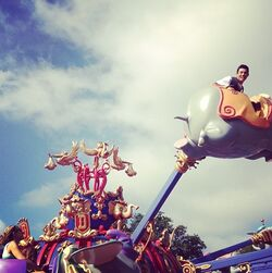 Roshon-fegan-on-Dumbo-ride