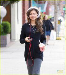 Zendaya-coleman-headphones-smoothie-necklace-down-the-street-(2)