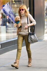 Bella-thorne-Pink-shades-with-Kingston