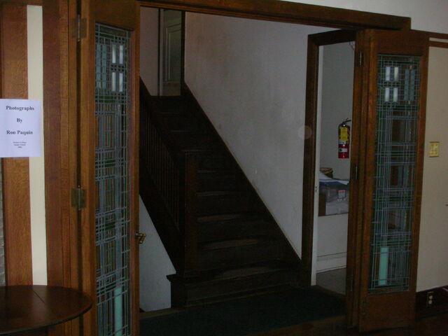 File:Waukegan Prairie House interior greatroom stairs.jpg