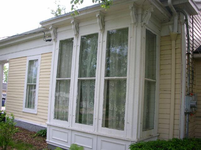 File:Waukegan campus Admissions exterior side window.jpg