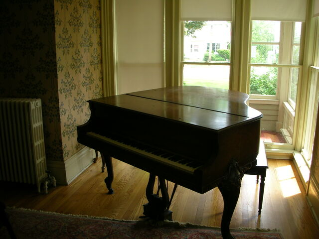 File:Waukegan Hutchins building interior piano.jpg