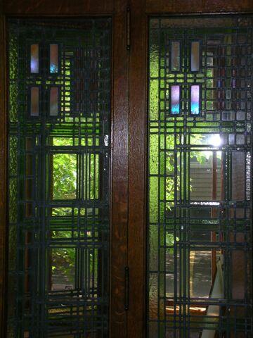 File:Waukegan Prairie House interior glass 3.jpg