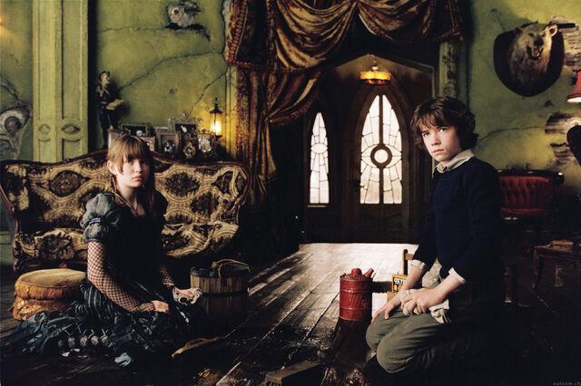File:Scrub-the-floors-in-Olaf-s-mansion-violet-baudelaire-14731662-1400-931.jpg