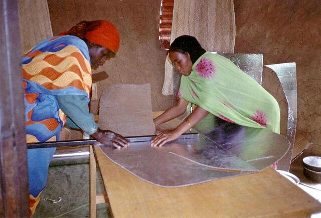 File:Iridimi folding solar cooker.jpg