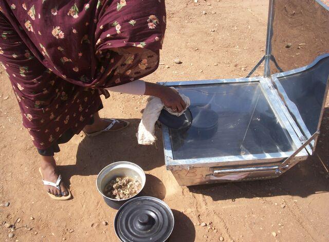 File:Mawahib Ahmed cooking photo.jpg