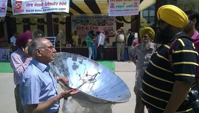 File:Sarvesh Chadda at solar cooking demonstration, 7-7-14.jpg