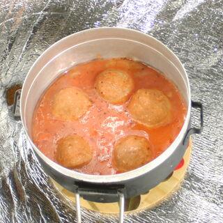 7) Boulettes de viande dans la sauce tomate 0,5 kg (réchauffées)