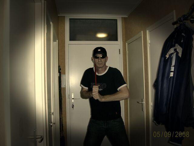 File:Wie is die gevaarlijke kerel bij de voordeur.jpg