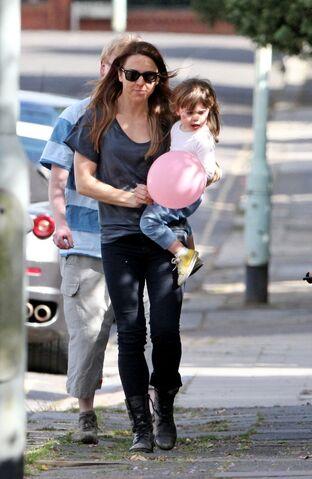 File:Scarlett+Starr+Melanie+Chisholm+Daughter+out+Q as7yG1X0ix.jpg