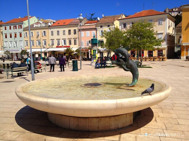 File:RealWorld Dolphins Fountain.jpg