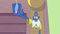 S2E1 Glossaryck with hole in his hand