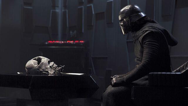 Αρχείο:Kylo Ren Vader Helmet Chamber.jpg