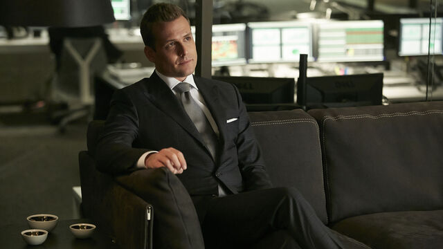 File:S04E02Promo10 - Harvey.jpg