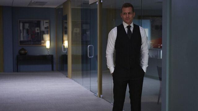 File:S04E08Promo02 - Harvey.jpg