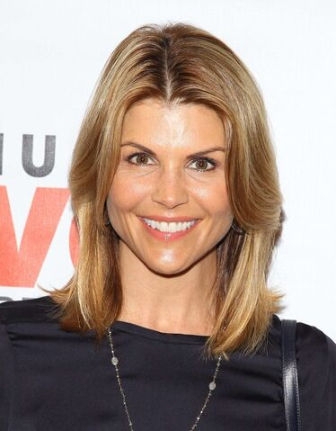 File:Lori-Loughlin-at-the-Makeovers-For-Mutts-Fundraiser-2013--03-560x717.jpg