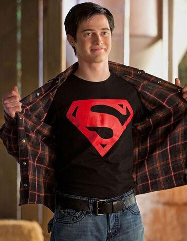 File:LGrabeel Smallville FirstLook 600.jpg