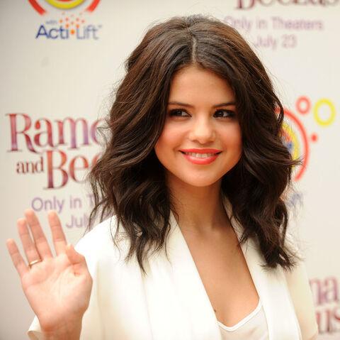 File:Selena at the Ramona and Beezus premiere.jpg