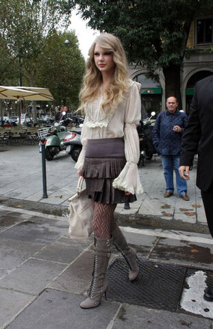 File:Taylor+Swift+Boots+Lace+Up+Boots+ty9NxTvwF87l.jpg