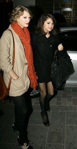 File:Taylor-Swift-Selena-Gomez-Dinner-Date-PHOTOS.jpg