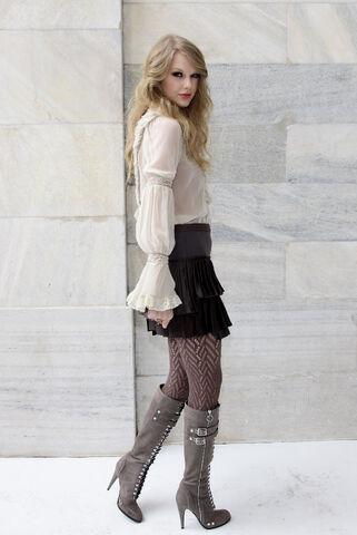 File:Taylor Swift D'lite Sparkling+Boots 1.jpg