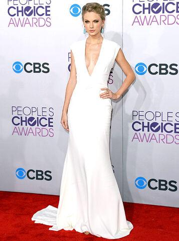 File:People Choice Awards white dress.jpg