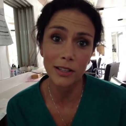 Datei:Teen Wolf Season 3 Behind The scenes Melissa Ponzio Hair and Makeup.png