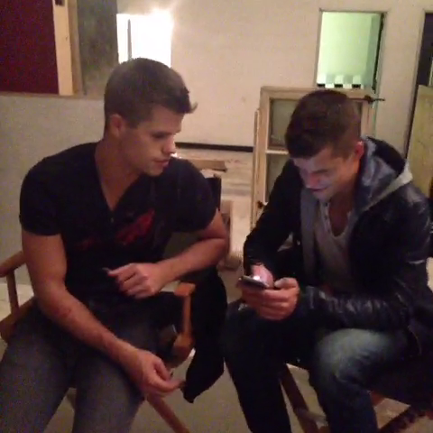 Datei:Teen Wolf Season 3 Behind the Scenes Max Carver Charlie Carver Texting.png