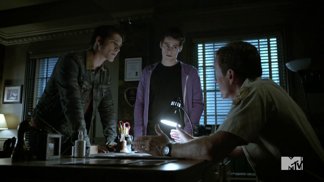 Datei:Teen Wolf Season 4 Episode 5 IED Scott Stiles Sheriff Debrief.png