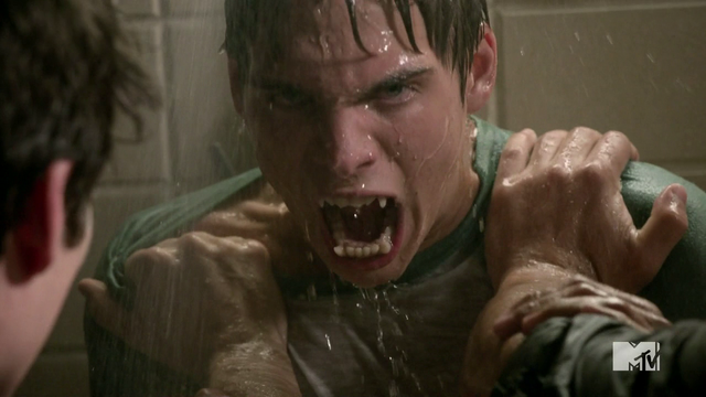 Datei:Teen Wolf Season 4 Episode 5 IED Liam angry shower.png