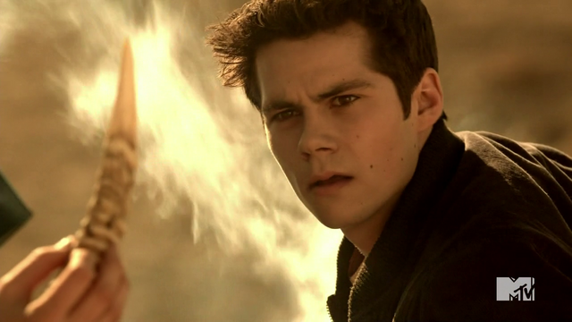 Datei:Teen Wolf Season 4 Episode 401 The Dark Moon boney claw that stopped Stiles Jeep.png