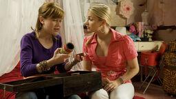 Nina und Delia beraten über die neuen Tonrollen
